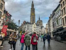 Pedestrians na szerokich brukować ulicach przed katedrą Nasz Zdjęcia Royalty Free