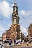 Pedestrians na zebry skrzyżowaniu przy sławny Munt wierza, Amsterdam, holandie Zdjęcia Royalty Free