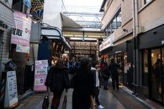 Pedestrians przy Kyoto jedzenia rynkiem zdjęcia stock