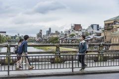 Pedestrians Sanjo dori most Kyoto Japonia zdjęcia royalty free
