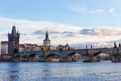 Pedestrians tylko Charles most a K A Kamienny most, Kamenny najwięcej, Praga most, Prazhski najwięcej nad Vltava rzeką wewnątrz obrazy royalty free