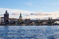 Pedestrians tylko Charles most a K A Kamienny most, Kamenny najwięcej, Praga most, Prazhski najwięcej nad Vltava rzeką wewnątrz zdjęcie stock