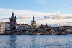 Pedestrians tylko Charles most a K A Kamienny most, Kamenny najwięcej, Praga most, Prazhski najwięcej nad Vltava rzeką wewnątrz obraz royalty free