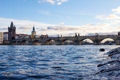Pedestrians tylko Charles most a K A Kamienny most, Kamenny najwięcej, Praga most, Prazhski najwięcej nad Vltava rzeką wewnątrz zdjęcia royalty free