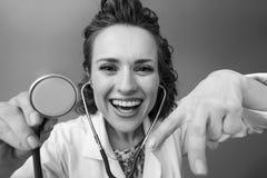 Pediater arts die stethoscoop met behulp van royalty-vrije stock fotografie