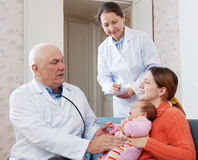 Pediater arts die weinig baby onderzoeken Stock Foto