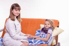 Pediater die de hand van een ziek kind houden Royalty-vrije Stock Foto