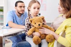 Pediater die meisje onderzoekt royalty-vrije stock afbeelding