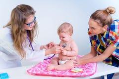 Pediater die zuigeling onderzoeken royalty-vrije stock foto's