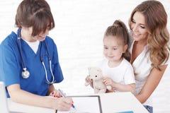 Pediater en familie Stock Afbeelding