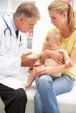 Pediater met baby Royalty-vrije Stock Afbeeldingen