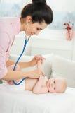 Pediaterinspectie van weinig baby Stock Afbeelding
