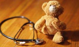 Pediatría: oso del estetoscopio y del juguete fotografía de archivo