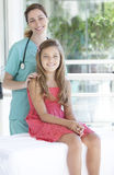 Pediatra com seu paciente Imagem de Stock Royalty Free
