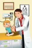 Pediatra con el niño Foto de archivo libre de regalías
