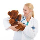 Pediatra con el oso relleno Fotografía de archivo