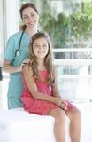 Pediatra con il suo paziente immagine stock libera da diritti