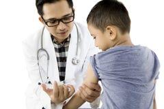 Pediatra daje szczepionki jego pacjent Obrazy Stock
