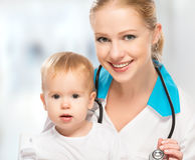 Pediatra do doutor e bebê feliz paciente da criança Fotos de Stock Royalty Free
