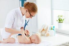 Pediatra do doutor e paciente do bebê Fotografia de Stock