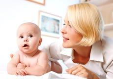 Pediatra e bebê de Doctror Fotografia de Stock Royalty Free