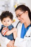 Pediatra e paciente Foto de Stock