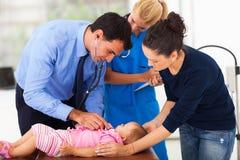 Pediatra egzamininuje dziecka Obrazy Royalty Free