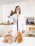 Pediatra en su oficina Fotografía de archivo