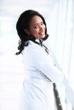 Pediatra fêmea afro-americano bonito fotografia de stock royalty free