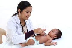 Pediatra fêmea para examinar o bebê recém-nascido imagem de stock royalty free