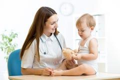 Pediatra kobieta z dzieciak chłopiec bawić się z Obrazy Stock