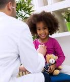 Pediatra lekarka egzamininuje dzieciaka Zdjęcia Royalty Free