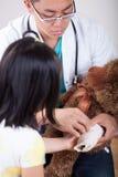 Pediatra que se divierte con el pequeño paciente Imagen de archivo libre de regalías