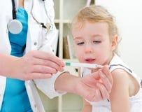 Pediatra que visita de la niña linda Imagen de archivo