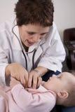 Pediatra y bebé Foto de archivo libre de regalías