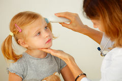 Pediatrician taking temperature Stock Photography