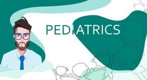 Pediatrie en glimlachende arts in oogglazen, silhouetten van kinderen op groene en witte abstracte achtergrond royalty-vrije illustratie