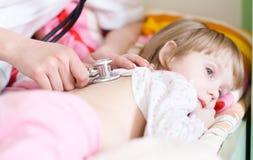 Pediatrische arts die weinig babymeisje onderzoekt Royalty-vrije Stock Foto