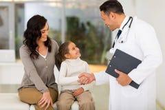 Pediatrisk doktorshandshaking Arkivfoton