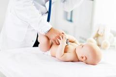 Pediatrisk stetoskop för doktor som lyssnar för att behandla som ett barn fotografering för bildbyråer