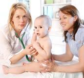 Pediatriska Doctror och behandla som ett barn Arkivbilder