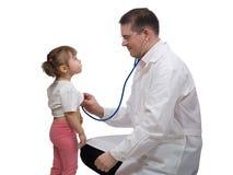 Pediatriskt manipulera kontrollera hjärtslag med stetoskopet royaltyfri fotografi