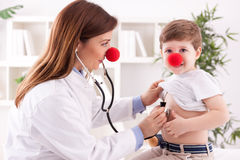 Pediatriskt och tålmodigt lyckligt barn för doktor Arkivfoto