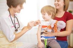 Pediatrist examinate pacjenta młodzi płuca z stetoskopem zdjęcie royalty free