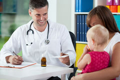 Pediatrist prescribe medicine Stock Photography