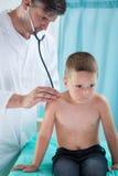 Pediatrist robi auskultaci Zdjęcia Royalty Free
