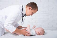 Pediatry概念-医生儿科医生审查的锂侧视图  免版税库存图片