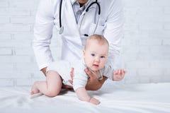 Pediatry begrepp - behandla som ett barn lite patienten med den pediatriska doktorn Fotografering för Bildbyråer
