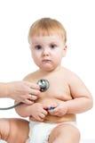 Pediatryczna doktorska egzamininuje chłopiec z stetoskopem odizolowywającym dalej Zdjęcie Stock