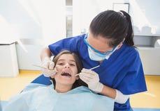 Pediatryczny dentysta używa stomatologicznego badacza i wędkującego lustra Obrazy Royalty Free